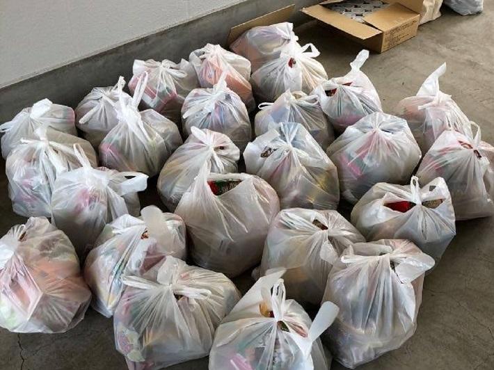子育て世帯へ配布するために用意した40世帯分の袋「おむすび食堂」