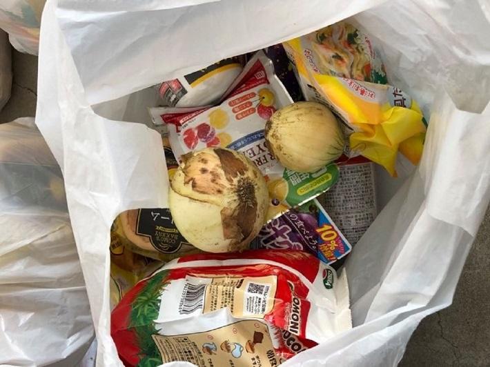 袋につめられた配布用食料