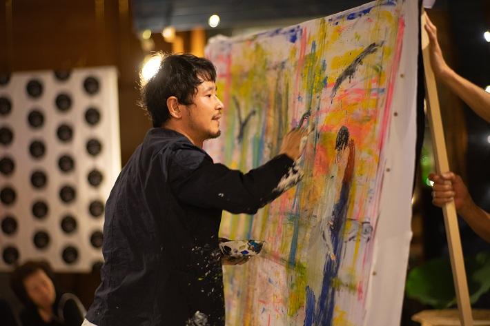 夜ハスでライブペインティングを披露するアーティスト近藤康平さん