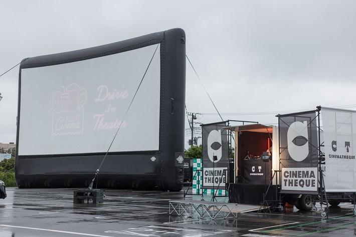 ドライブインシアターの日本最大級のスクリーン