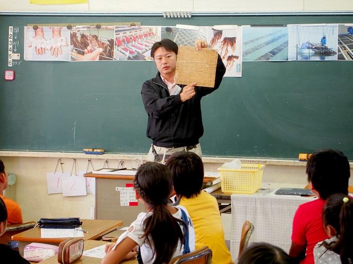 小学校で海苔の食育を行う山本さん