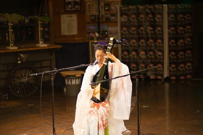 夜ハスで演奏する琵琶奏者の櫻井亜木子さん