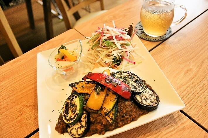 BLONA一番人気の野菜のキーマカレー