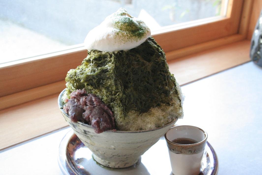 埼玉県吉川市平沼のリノベーション物件の食と音楽・文化の拠点のシモガシハウスのカフェミカンの和菓子司まるしんのあんこを使ったかき氷の抹茶小豆