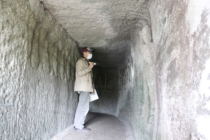 神秘的な雰囲気が漂う回廊窟