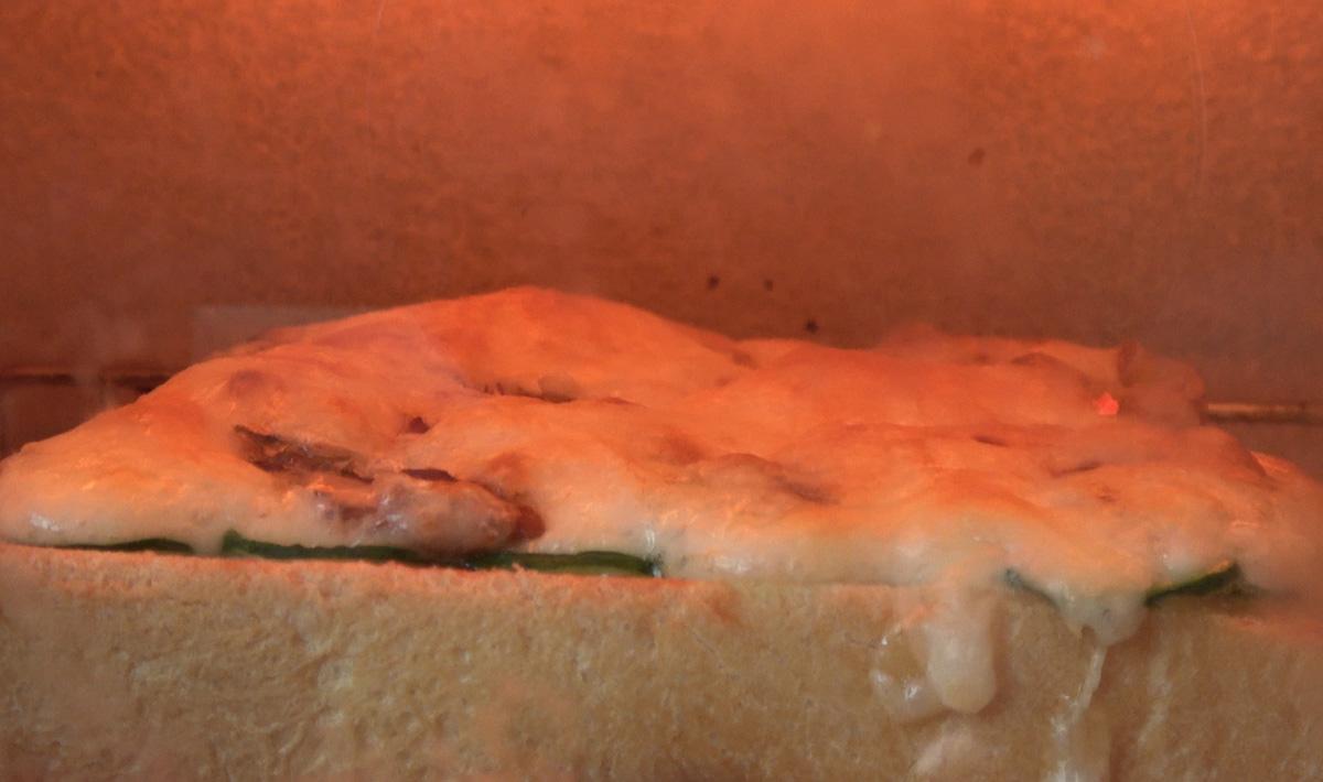 ピザトーストをトースターで焼く