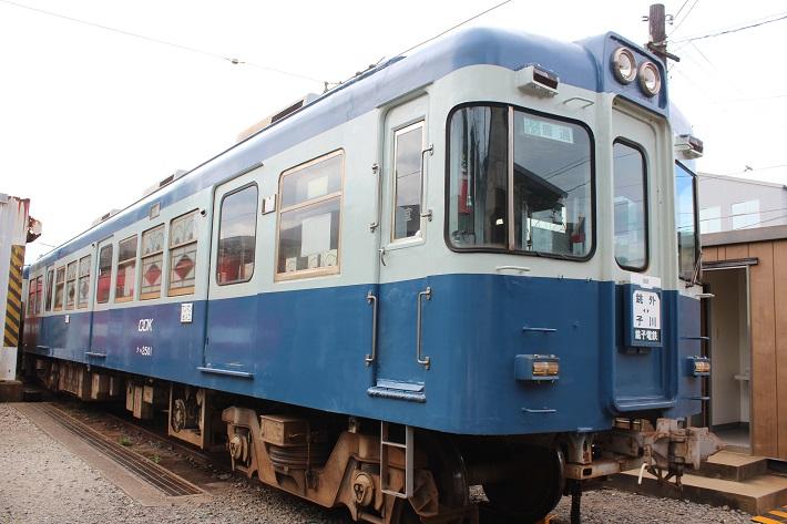 窓の模様がレトロな車両が見学できる仲ノ町駅