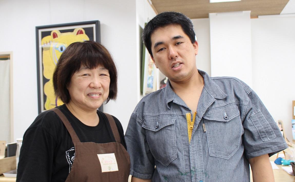 Ryotaさん(右)と母親の宮﨑重美さん