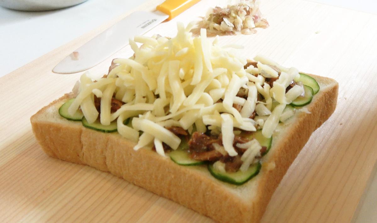 チーズを食パンにのせる