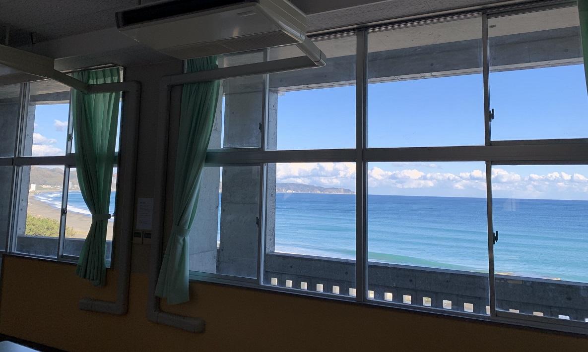 鴨川のビーチコート教室から見える海
